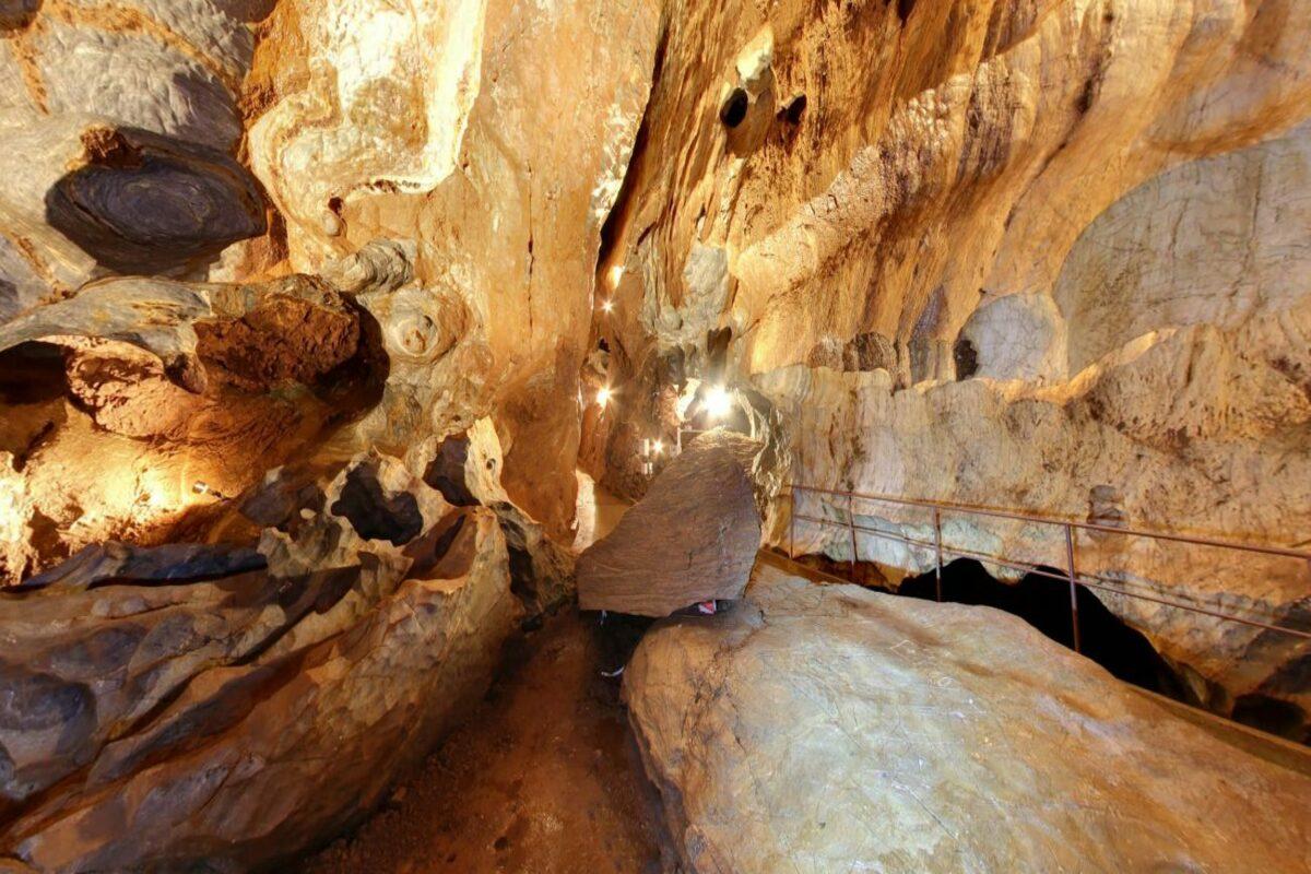 Охтинская арагонитовая пещера