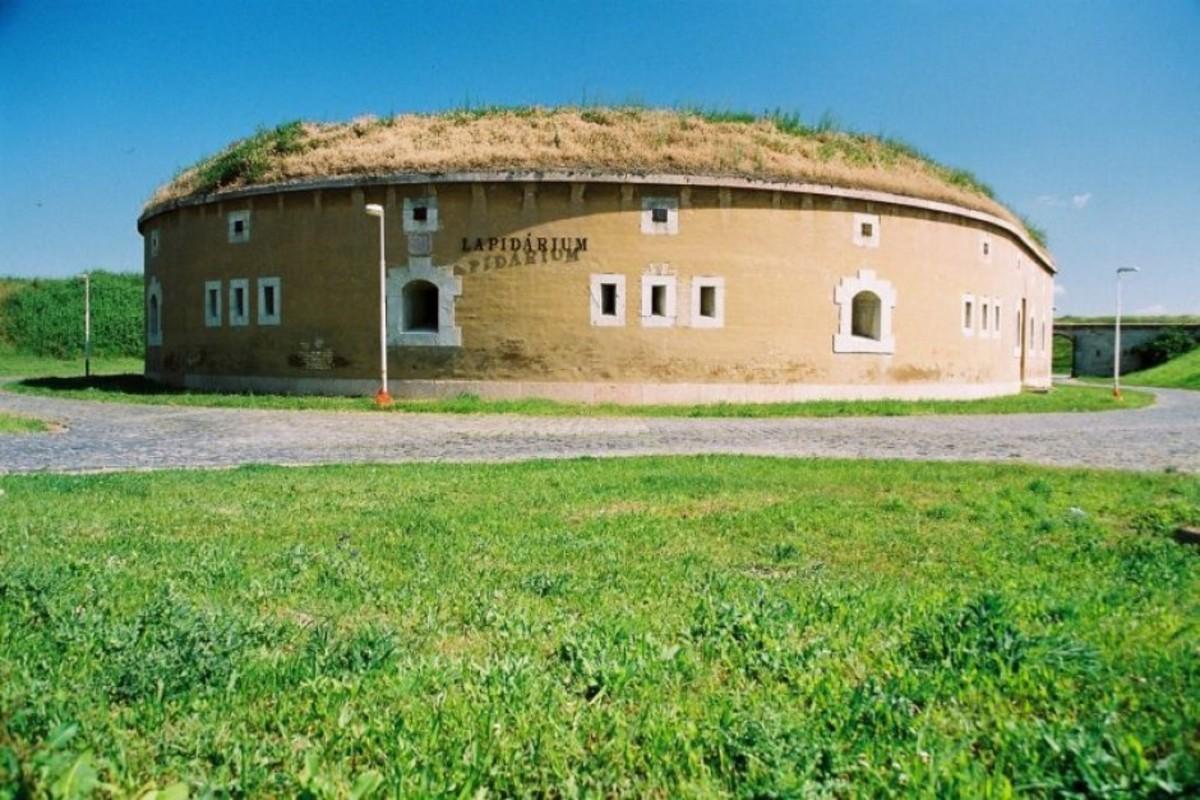 Римский лапидарий в Комарно